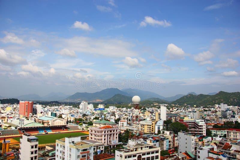 Sikt på Nha Trang, byggnader och berg arkivbild