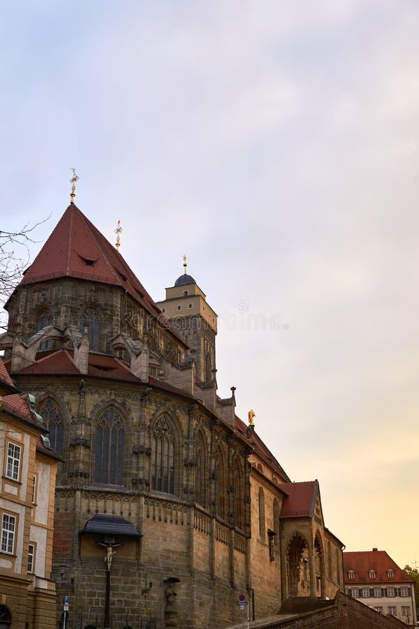 Sikt på oberen Pfarrkirche i Bamberg, Bayern, Tyskland, på solnedgången Den så kallad kyrkliga Kirche Unsere Liebe frauen eller arkivfoton