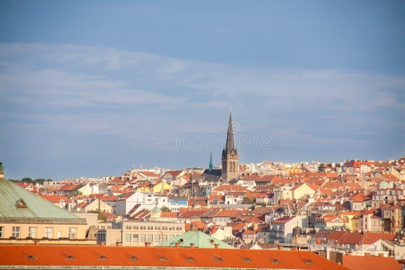 Sikt på orange Prague tak arkivfoton