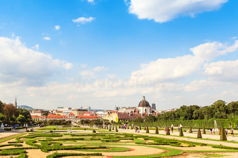 Sikt på orangerit och trädgården av Belvedereslotten, Wien, Österrike arkivfoton