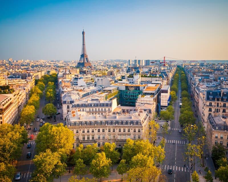 Sikt på Paris på solnedgången arkivfoto