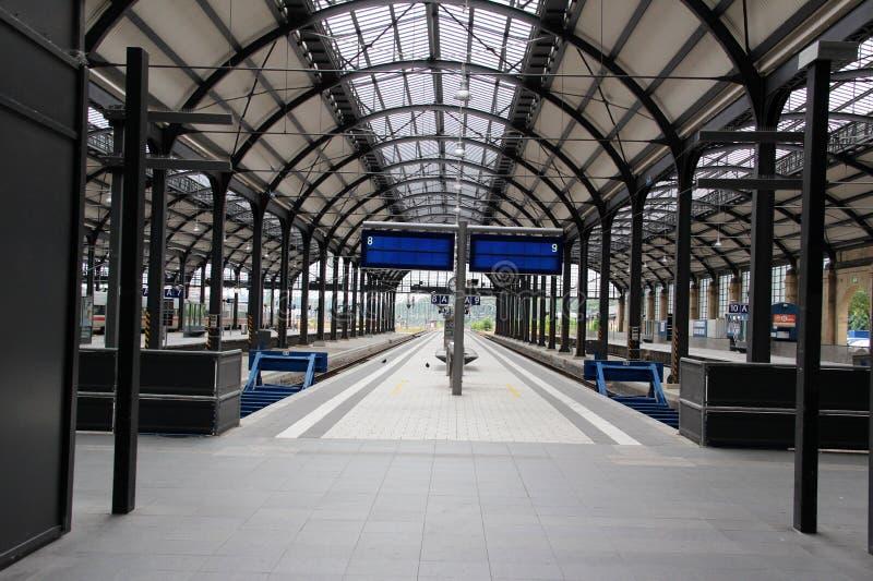 Sikt på plattformen mellan två spår på stationen i wiesbaden hessen Tyskland arkivbilder