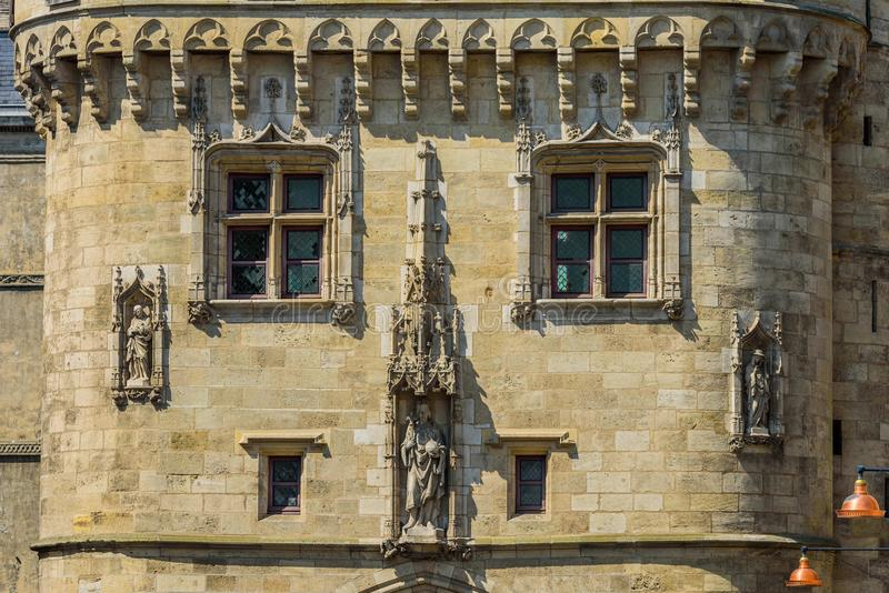 Sikt på Porten Cailhau, Bordeaux, Frankrike royaltyfria foton