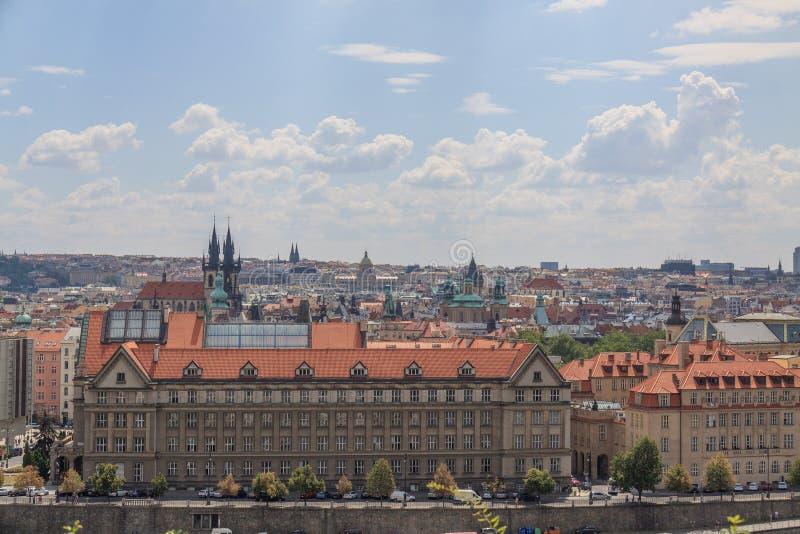 Sikt på Prague byggnader och den Tyn kyrkan arkivbild