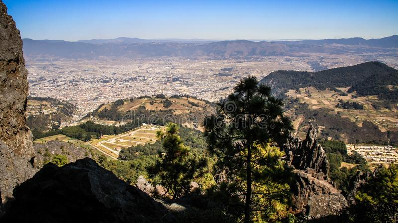 Sikt på Quetzaltenango och bergen runt om, från La Muela, Quetzaltenango, Altiplano, Guatemala arkivbild