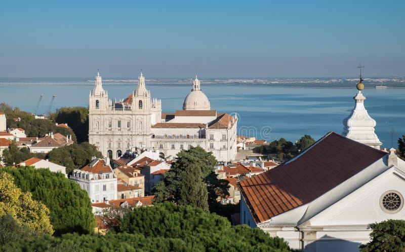 Sikt på Sao Vicente de Fora kyrkliga och röda tak på den Lissabon mitten royaltyfria bilder