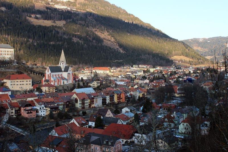 Sikt på sityen i Österrike - Murau royaltyfria foton