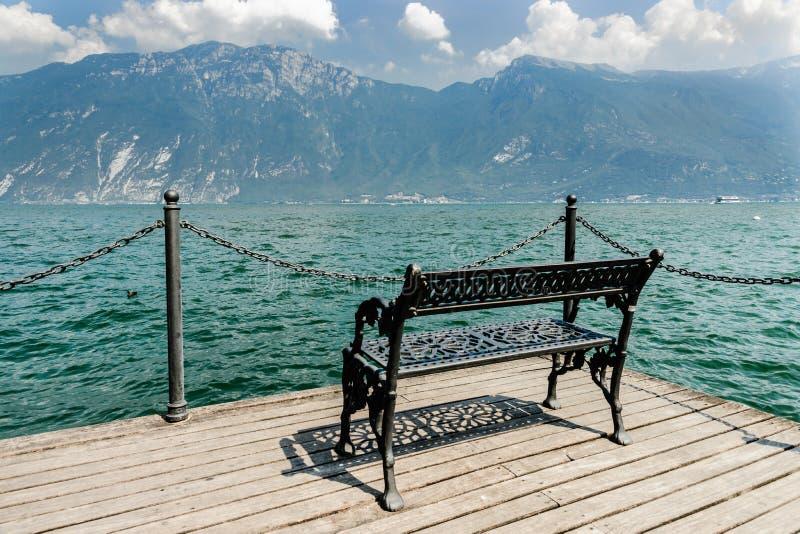 Sikt på sjögardaen Lago di Garda, Italien arkivfoton