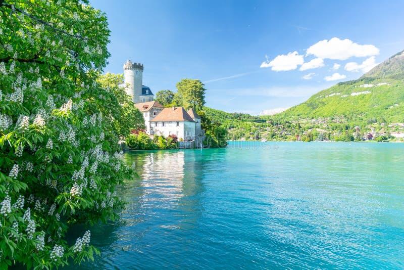 Sikt på sjön Annecy under våren, Frankrike royaltyfria bilder