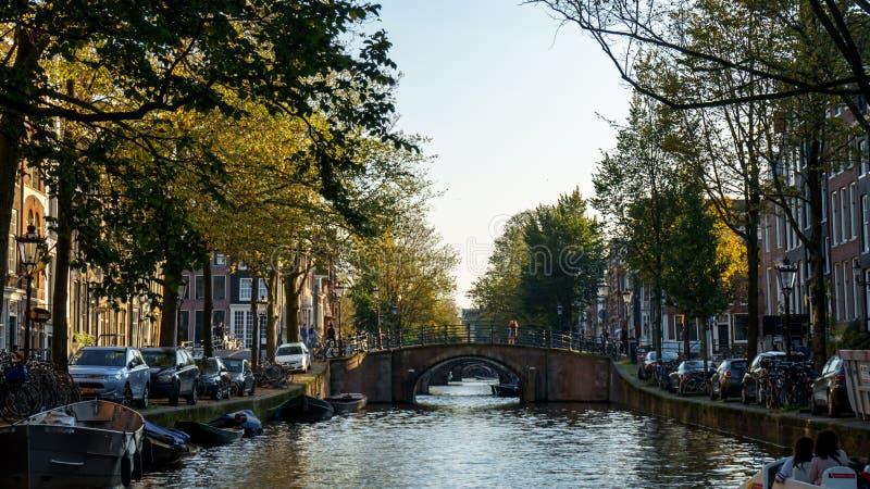 Sikt på sju Amsterdam kanalbroar, Oktober 13, 2017 royaltyfri foto