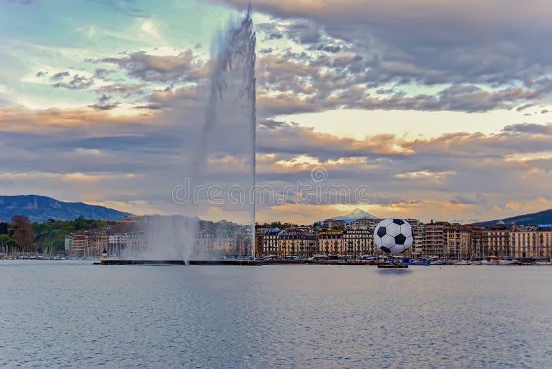 Sikt på springbrunnstråle D 'eau med bollen för euro 2008 Sikt av den historiska mitten av Genève med en stor fotbollboll och str royaltyfria bilder