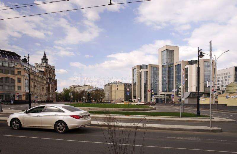Sikt på Sretensky Bulvar och administrativ byggnad av företaget Lukoil, Moskva, Ryssland arkivbilder