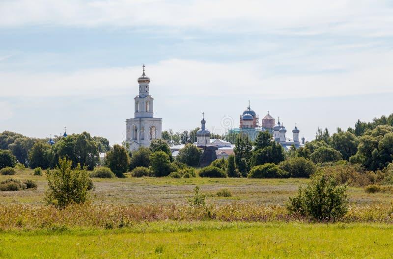Sikt på Stets George kloster i Novgorod, Ryssland royaltyfri fotografi