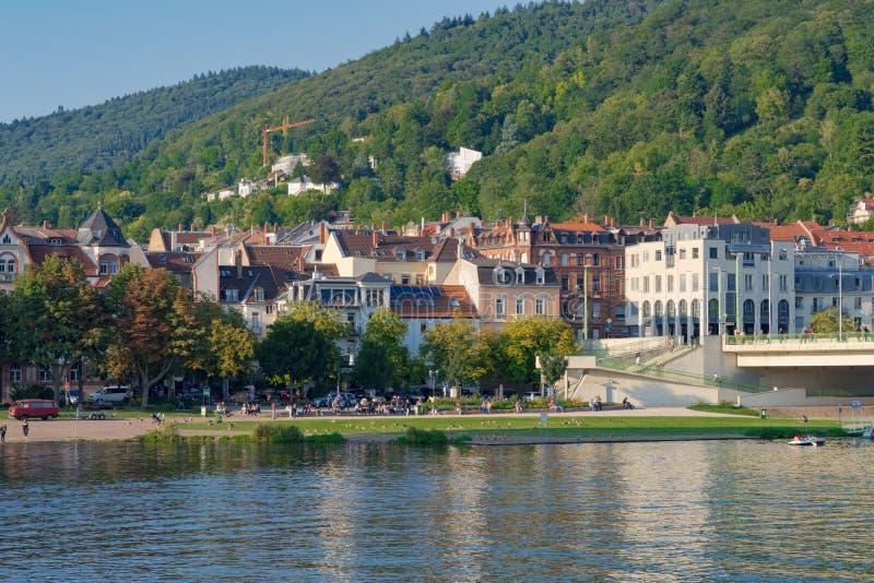 Sikt på stranden av Neckaren i mitt av staden Heidelberg Tyskland - September 3 2017 , Tyskland - Septem royaltyfri bild