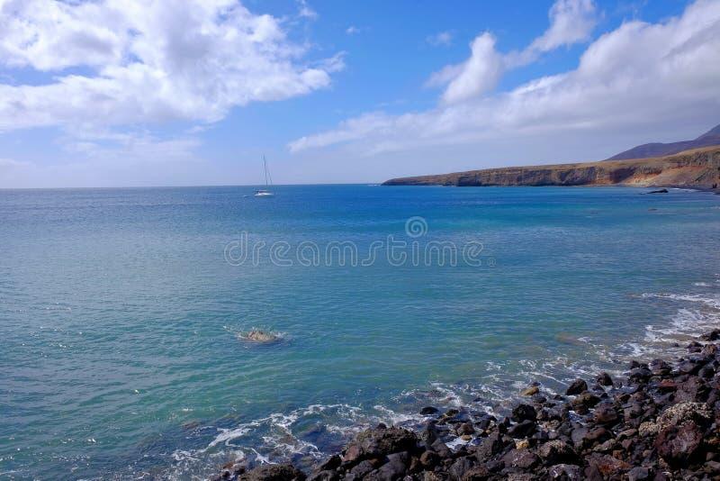 Sikt på stranden Las Coloradas på kanariefågelön Fuerteventura arkivbilder