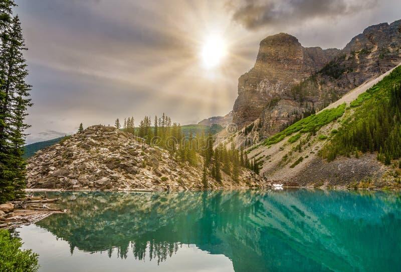 Sikt på tornet av Babel nära morän sjön i Rocky Mountain National Park - Kanada royaltyfri bild