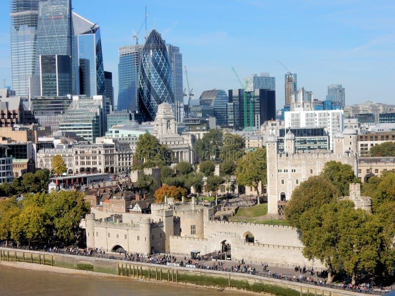 Sikt på tornet av London, skyskrapor och omgivning arkivbild