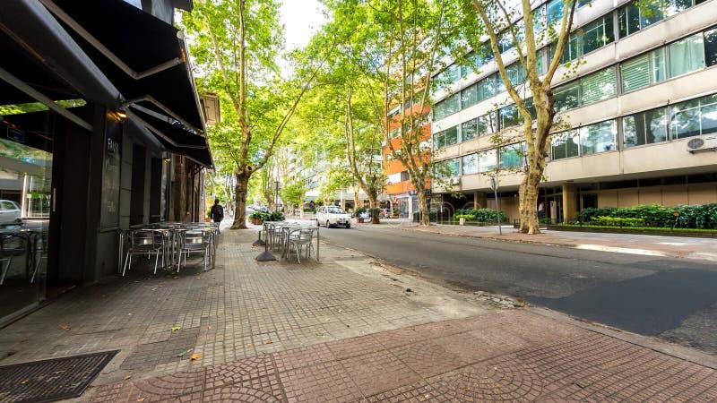 Sikt på trafik i Pocitos i Montevideo arkivfoto