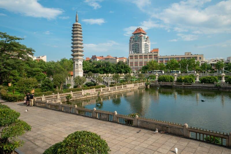 Sikt på universitetet från den Nanputuo templet i Xiamen royaltyfri bild