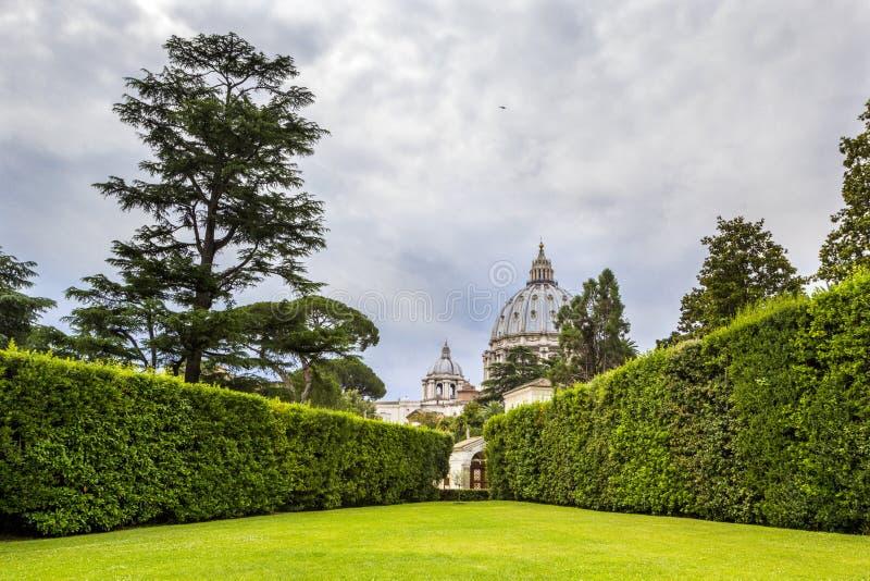 Sikt på Vaticanenträdgårdar med härligt landskap, gröna gräsmattor och träd, Rome, Italien royaltyfri fotografi