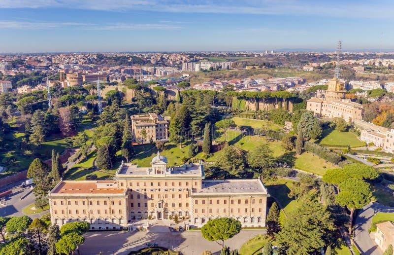 Sikt på Vaticanenträdgårdarna och slotten av governoraten i Rome från kupolen av basilikan för St Peter ` s royaltyfri bild