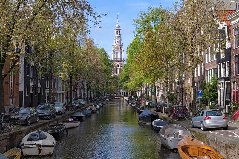 Sikt på Zuiderkerk från den Groenburgwal kanalen i Amsterdam arkivbild