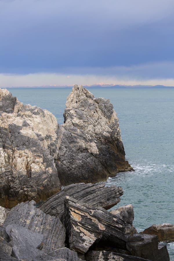 Sikt p? Byron Grotto i fj?rden av poeter, Portovenere, italienare Riviera royaltyfri foto