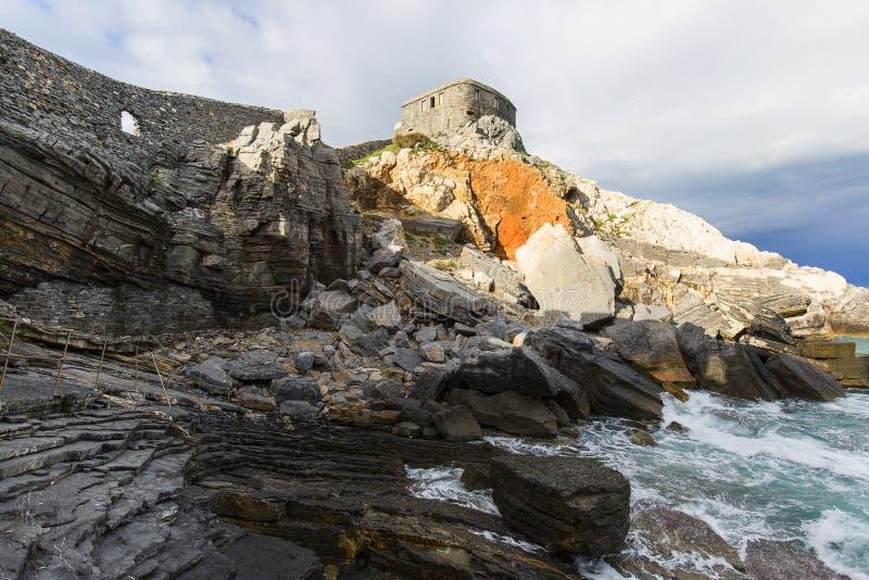 Sikt p? Byron Grotto i fj?rden av poeter, Portovenere, italienare Riviera royaltyfria bilder