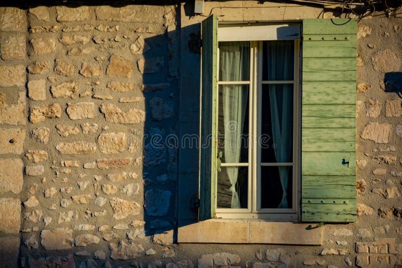 Sikt p? f?nster i medeltida hus i Provence i solljus, s?der av Frankrike royaltyfri foto