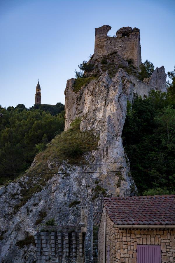 Sikt p? medeltida hus och slottruines i Provence, s?der av Frankrike, semester och turist- destination royaltyfri bild