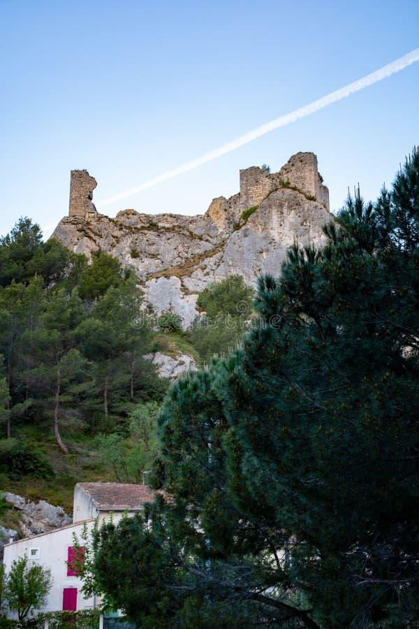 Sikt p? medeltida hus och slottruines i Provence, s?der av Frankrike, semester och turist- destination arkivfoton