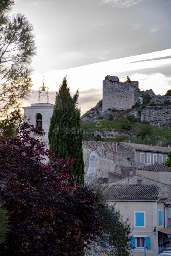 Sikt p? traditionella medeltida hus och slottruines i Provence, s?der av Frankrike, semester och turist- destination royaltyfria bilder