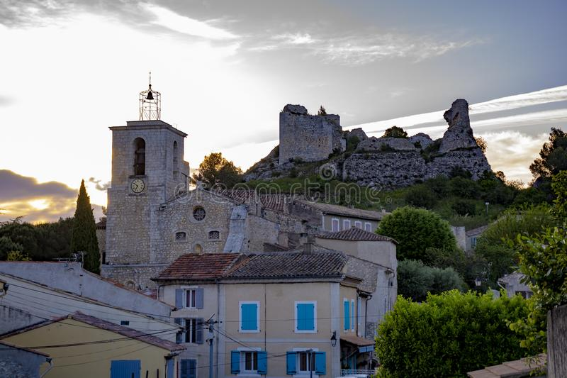 Sikt p? traditionella medeltida hus och slottruines i Provence, s?der av Frankrike, semester och turist- destination arkivfoto
