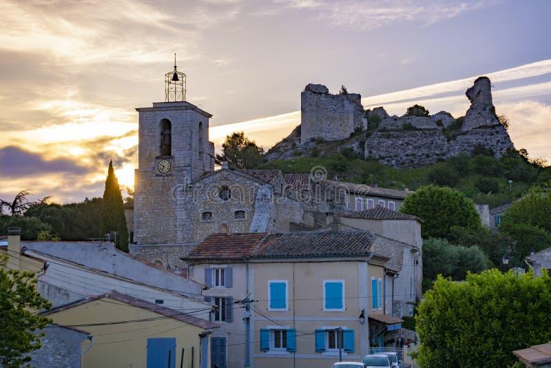 Sikt p? traditionella medeltida hus och slottruines i Provence, s?der av Frankrike, semester och turist- destination arkivbild