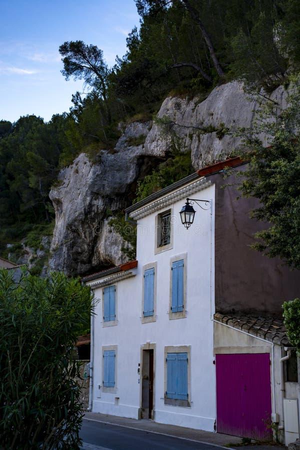 Sikt p? traditionella och medeltida hus i Provence, s?der av Frankrike, semester och turist- destination arkivbilder
