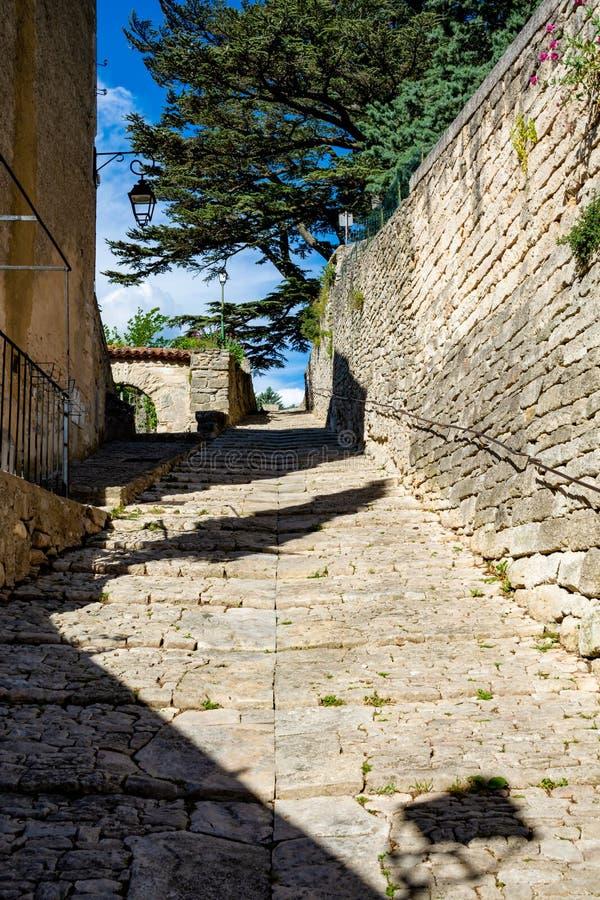 Sikt p? traditionella och medeltida hus i Provence, s?der av Frankrike, semester och turist- destination royaltyfri bild