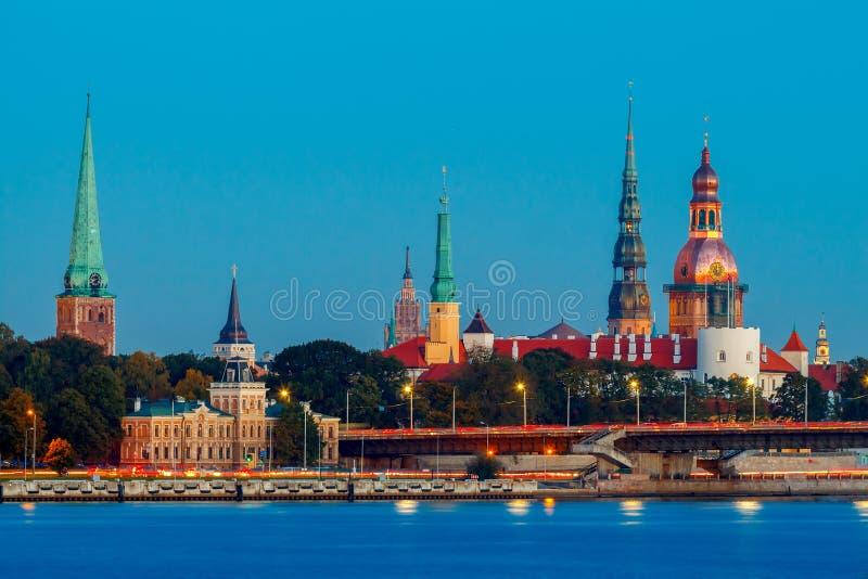 Sikt Riga på solnedgången arkivfoton