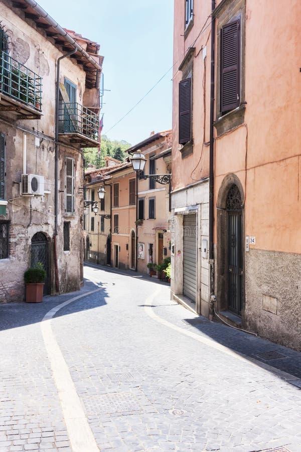 Sikt Rocca di Far för huvudsaklig gata - Rome - Italien arkivfoton