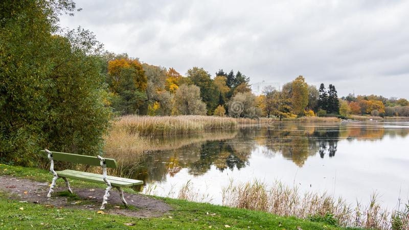 Sikt sjö Toolo i Helsingfors Finland royaltyfri foto