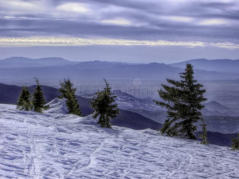 Sikt som är nordvästlig från Ski Santa Fe till de Jemez bergen royaltyfri bild