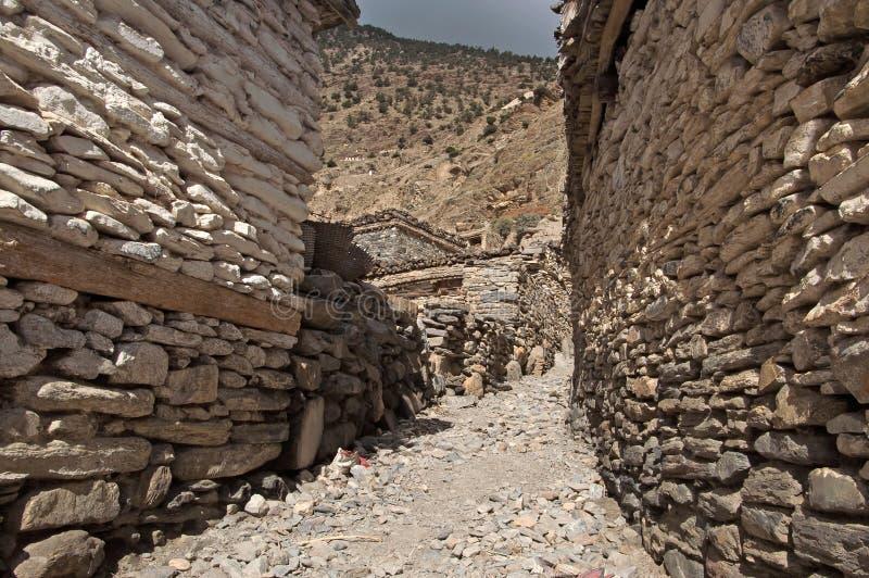 Sikt som begränsar gatan i den Marpha byn, Nepal royaltyfri foto