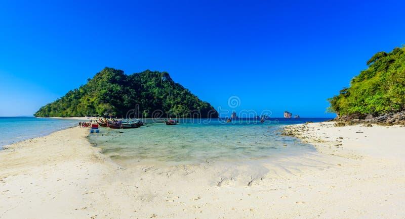 Sikt som blir rädd ön Paradise strand som förbinder 3 tropiska öar tillsammans (Koh Kai, Koh Tup & Koh Mor) Andaman hav, Krabi fotografering för bildbyråer