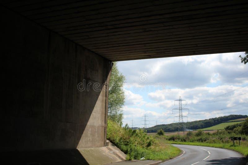 Sikt som från under ses bron för motorway M1 arkivfoton