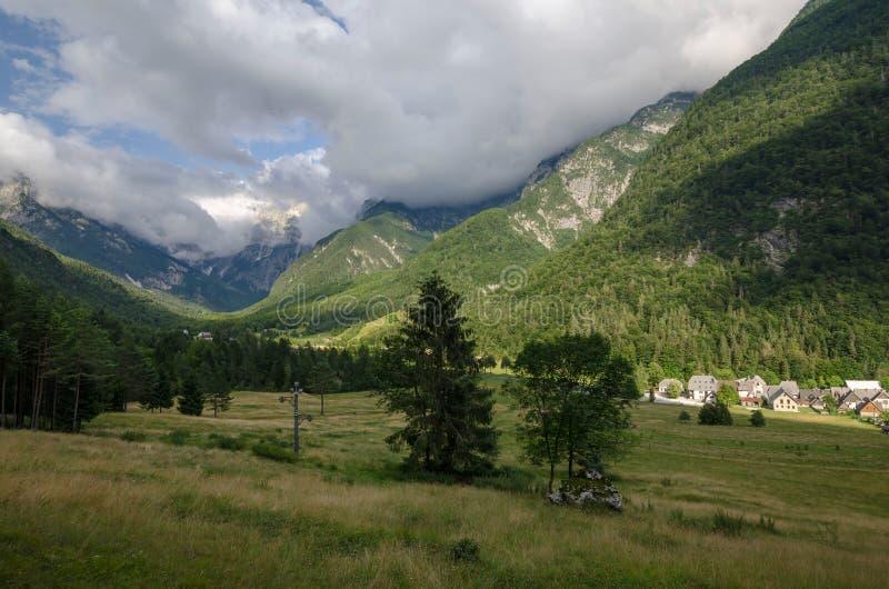 Sikt som loggar den fröskidaMangartom byn nära Bovec, Slovenien, Triglav nationalpark, Europa fotografering för bildbyråer