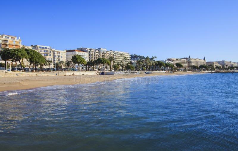 Sikt som promenerar de la Croisette och caostline, Cannes royaltyfri foto