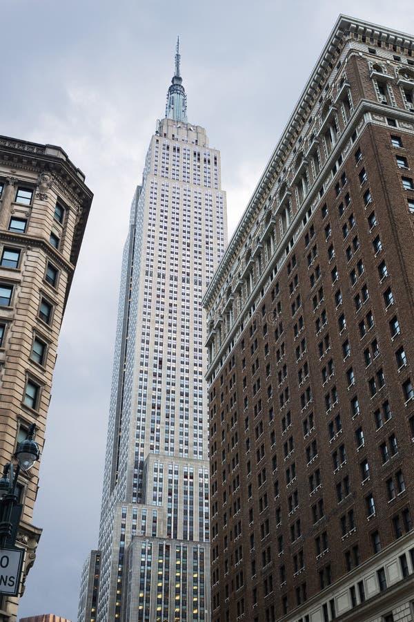 Sikt som ser upp av Empire State Building, sett från Herald Square, New York City, Förenta staterna arkivbild