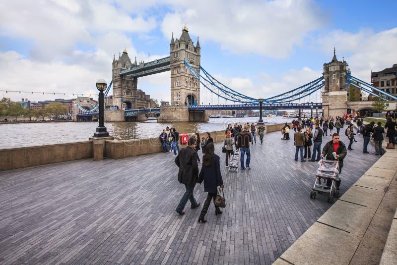 Sikt som står högt bron i lat helgdag i London royaltyfri bild