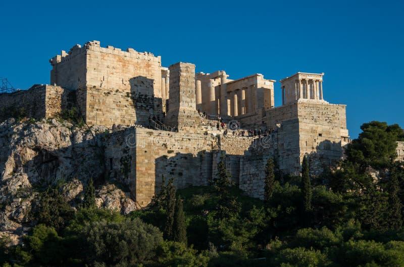 Sikt till akropolen med Propylaea och templet av Athena Nike, Athe royaltyfri fotografi
