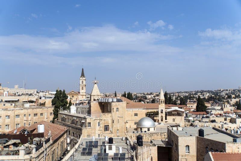 Sikt till arkitekturen för belade med tegel tak av den gamla staden av Jerusalem på bakgrund för blå himmel royaltyfri fotografi