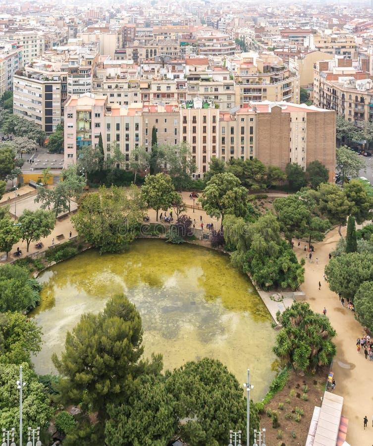 Sikt till Barcelona uppifrån av basilikan arkivfoto
